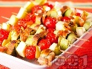 Рецепта Зеленчукови шишчета с тиквички, чери домати, скариди и босилекови хлебчета на скара